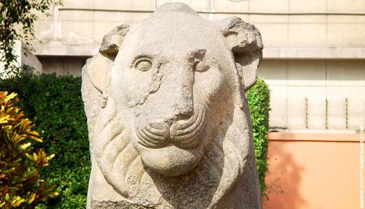 Fragment van een Egyptische leeuw.