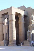 Grote beelden in de Luxor Tempel.