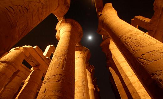 Tempel van Karnak bij nacht.
