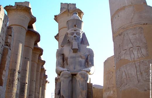 Beeld van Pharaoh in de Luxor Tempel.