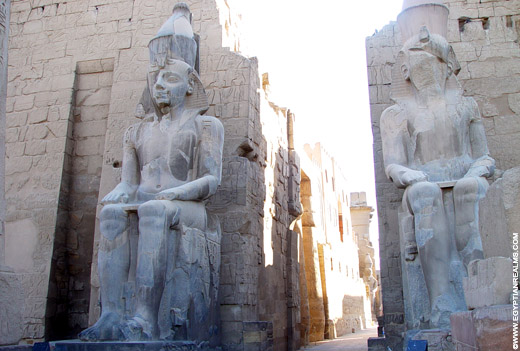 Beelden van Pharaoh bij de ingang van de Luxor Tempel.