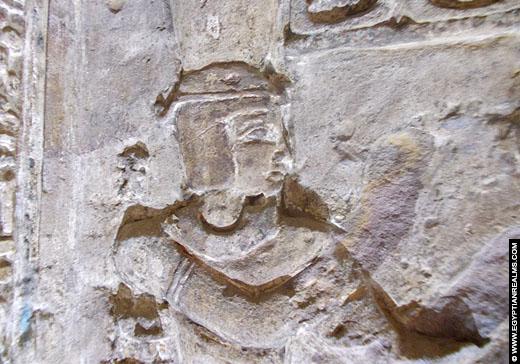 Relief van een Farao op een muur van de Isis Tempel.