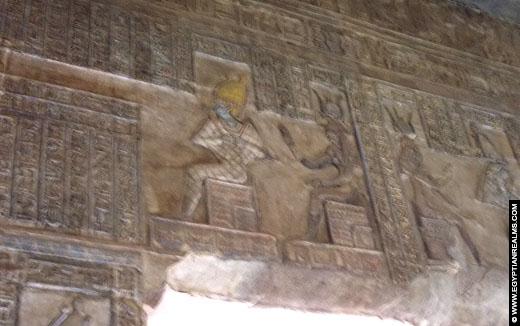 Relief van Isis en Osiris in oorspronkelijke kleuren in de Isis Tempel.