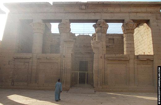 Zicht op de vanuit de grote poort op de Kalabsha Tempel.