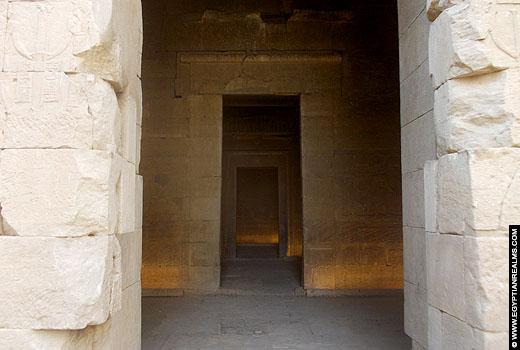 Portalen naar het heiligdom in de Kalabsha Tempel.
