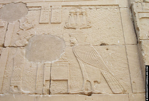 Relief van Mandulis afgebeeld op een muur van de Kalabsha Tempel.