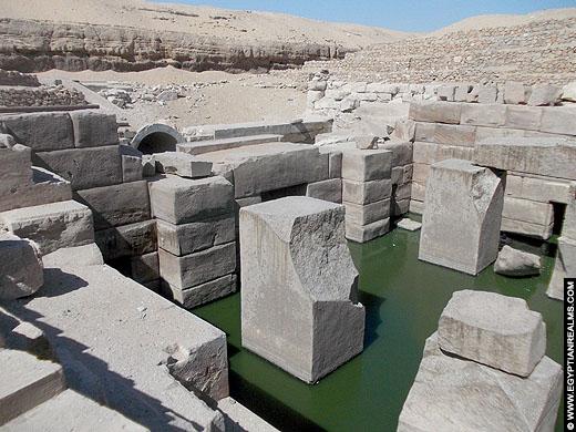 Restanten van het Osireion bij Abydos.
