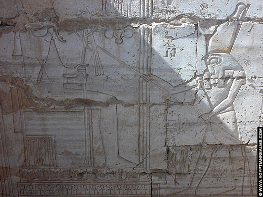 Osiris afgebeeld op een muur van het Osireion.