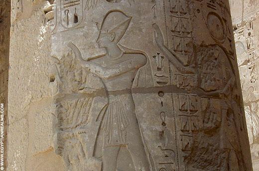 Pharaoh Ramses III afgebeeld in de Habu Tempel.