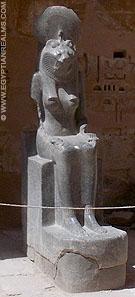 Sakhmet bij de ingang van de Habu Tempel.