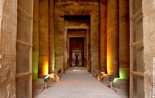Zicht op het heiligdom van de Edfu tempel.