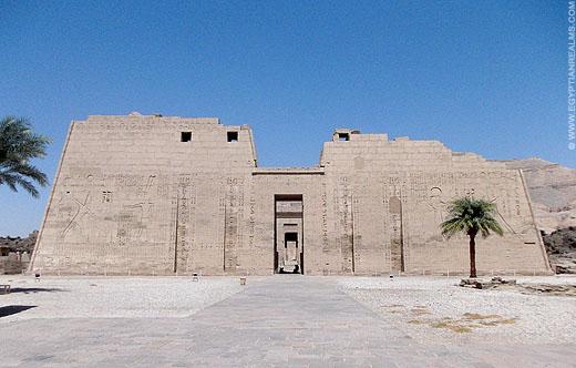 Toegangspoort van de tempel van Medinet Habu.
