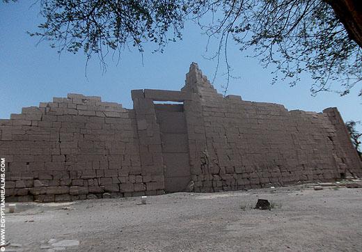 Grote pyloon van de Ramesseum tempel.
