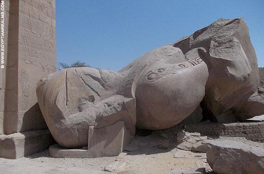 Fragment van een enorm beeld van Ramses II in de Ramesseum tempel.