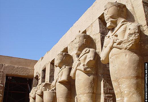 Grote beelden van farao in de Karnak Tempel.