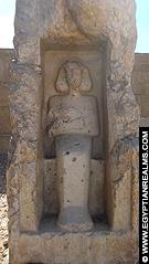 Beeld voor de Abydos Tempel.