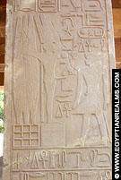 Relief van Farao Senusret I op de Witte Kapel.