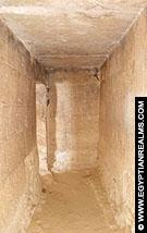 In de dodentempel van de Meidum piramide.
