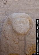 Fragment van een beeld van een dame bij de Esna Tempel.