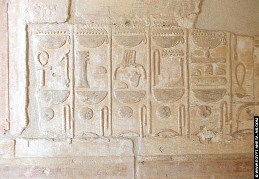 Hierogliefen op een muur in de Nekhebet Tempel te El-Kab.