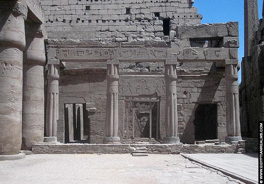 Hof in de Luxor Tempel te Luxor.