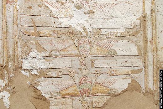 De gier Nekhbet op het plafond in haar tempel bij El-Kab.