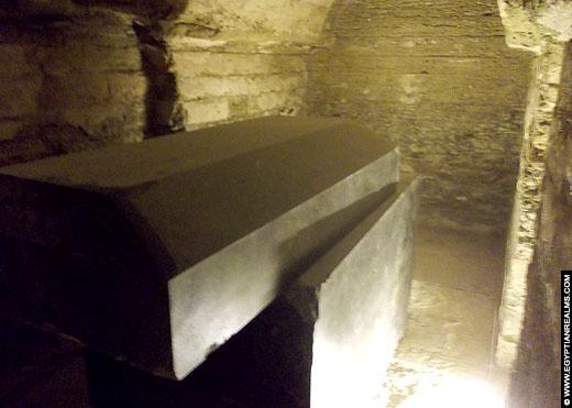 Reusachtige sarcofaag het Serapeum in Saqqara.