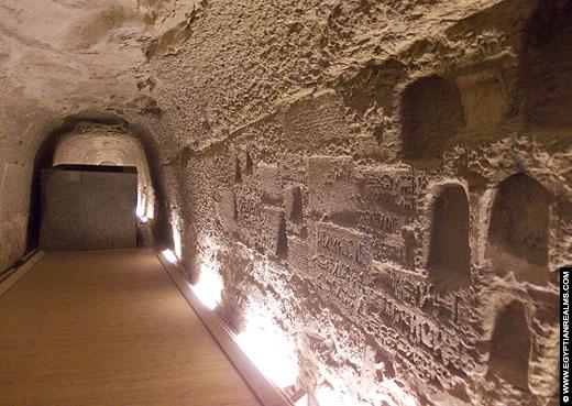 Sarcofaag in een gang van het Serapeum.
