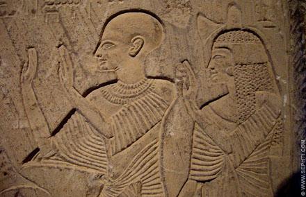 Oud-Egyptisch relief van personen met opgeheven handen.
