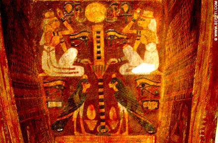 De Ba vogel afgebeeld op de binnenzijde van een houten sarcofaag kist.