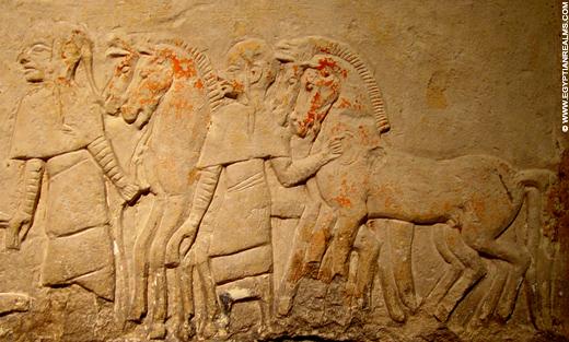 Relief van mannen met paarden.
