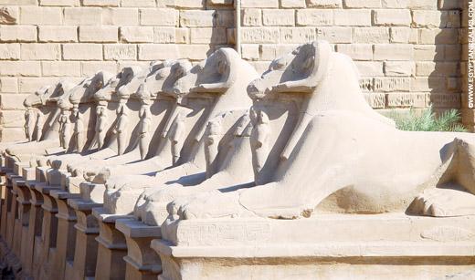 Beelden van de Ram voor de Karnak Tempel.
