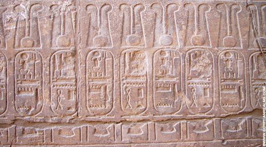 Cartouches afgebeeld op een muur.