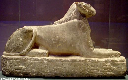 Beeldje van een Sphinx met kop van een Ram.