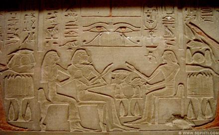 De ogen van Ra afgebeeld op een muur.