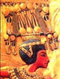 Pharaoh Tutankhamun met de kroon boven het hoofd.