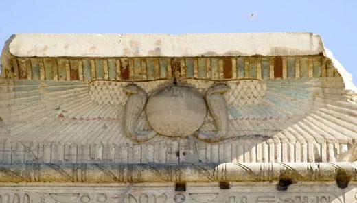 Zonschijf met vleugels op een portaal bij Kom-Ombo.