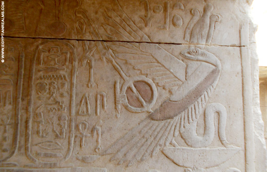 Relief van de cobra slang in de Kom-Ombo Tempel.