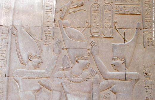 Relief van Farao met Dubbele Kroon in de Kom-Ombo Tempel.