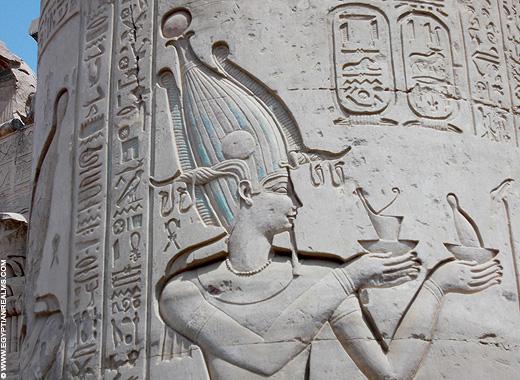Relief van Farao op een pilaar in de Kom-Ombo Tempel.