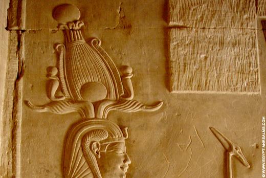 Relief van Farao met Atef Kroon.