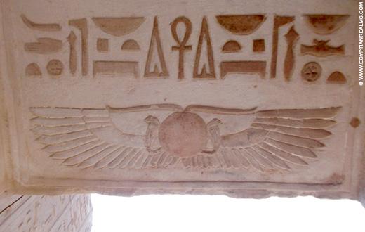 Zon met vleugels op een plafond in de Kom-Ombo Tempel.