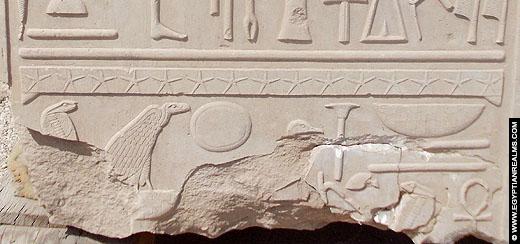 Fragment met hierogliefen bij de Karnak Tempel.