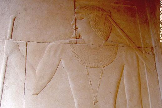 Relief van man met stok op een muur bij Saqqara.