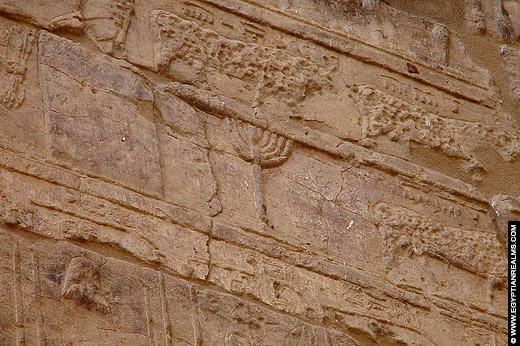 Hieroglief van de kandelaar op de Al-Tud Tempel.
