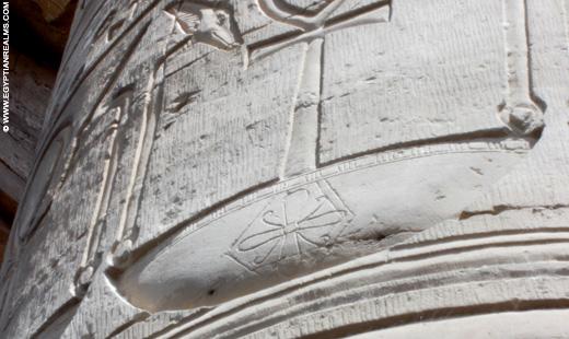 Relief van een Rozette afgebeeld op een Mand.