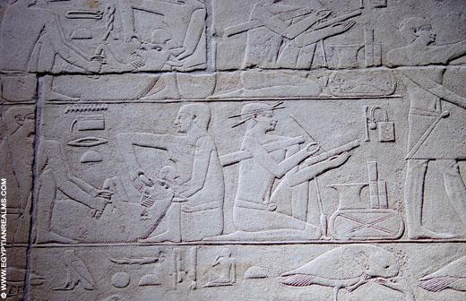 Relief in een tombe van Saqqara. Een schrijver aan het werk.
