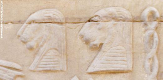 Relief van twee leeuwenkoppen in de tempel van Kom-Ombo.