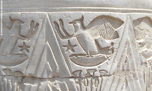 Hieroglief van vogel op een pilaar van de Kom-Ombo Tempel.