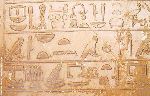 Hierogliefen op een muur bij Saqqara.